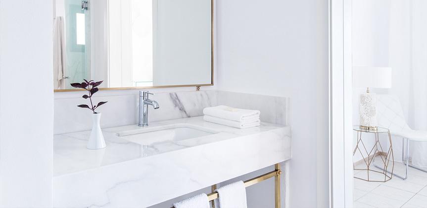 04-luxury-family-bungalow-poolside-bathroom